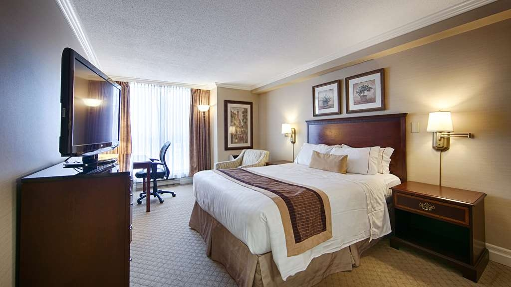 Best Western Plus Ottawa Downtown Suites - Queen size bed, working desk area, cordless phone and kitchenette with microwave, coffee maker, mini refrigerator and dinnerware.