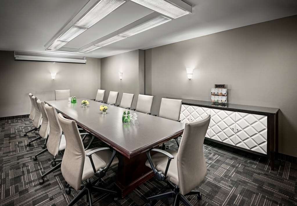 Best Western Plus Ottawa Downtown Suites - Set Boardroom of 350 square feet that can accommodate up to 14 guests. Unlimited high-speed Internet complimentary.