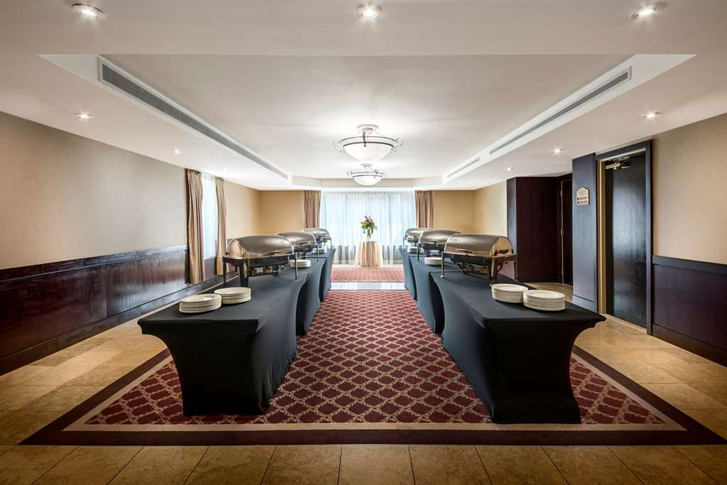 Best Western Plus Ottawa Downtown Suites - O'Connor Salon Foyer offers 1,778 square feet of conference space with natural lighting, for meetings/events up to 200 people.