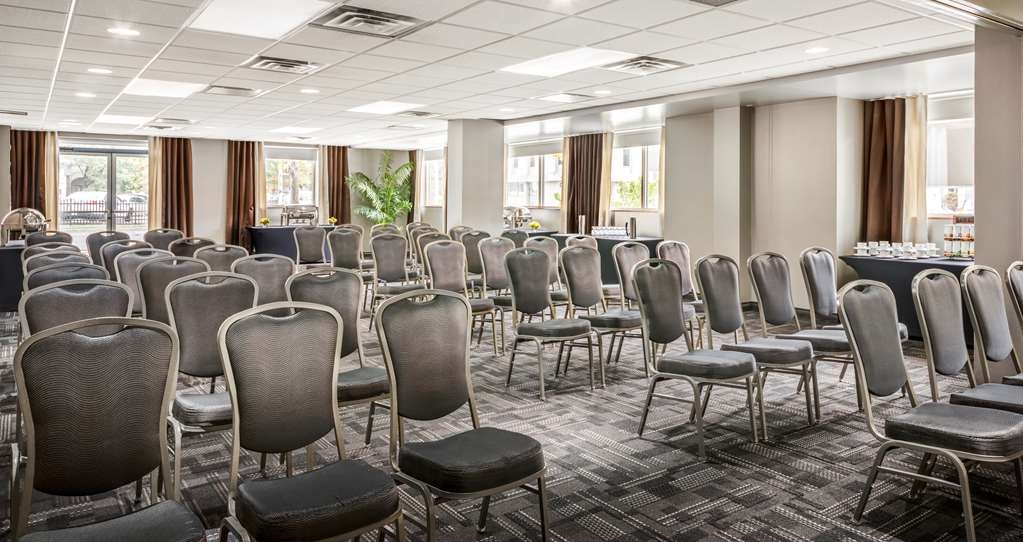 Best Western Plus Ottawa Downtown Suites - Victoria Salon offers 538 square feet of conference space with natural lighting, for meetings/events up to 140 people.