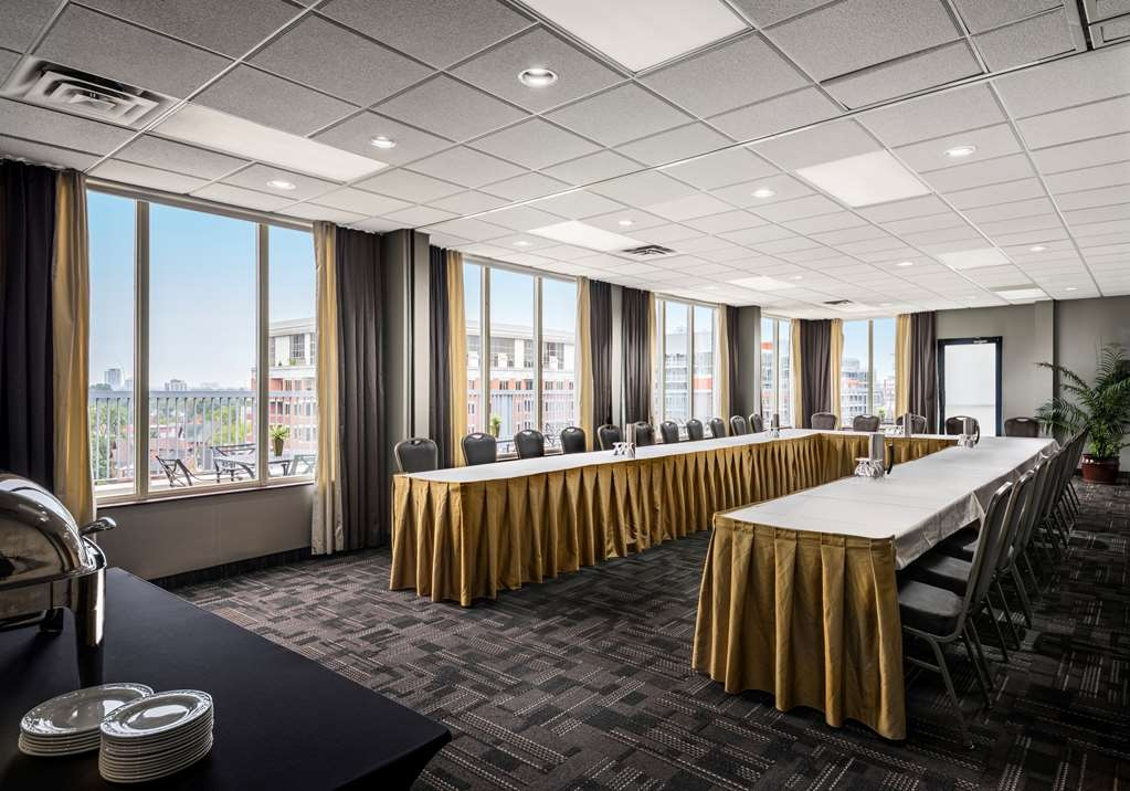 Best Western Plus Ottawa Downtown Suites - Penthouse Salon offers 958 square feet of conference space with natural lighting, for meetings/events up to 60 people.