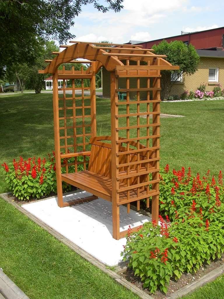 Best Western Plus Otonabee Inn - Cozy seating areas located along Meade Creek that runs alongside the hotel.