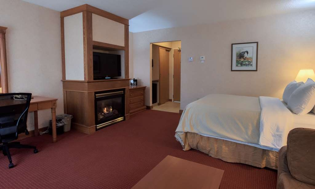Best Western Plus Otonabee Inn - Fireplace Room with 1 Queen Bed