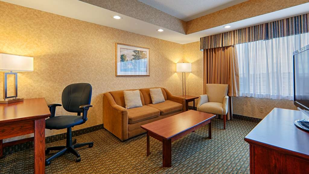 Best Western Voyageur Place Hotel - This large suite with privacy wall between the bedroom and sitting area features a mini refrigerator, coffee maker, and microwave.