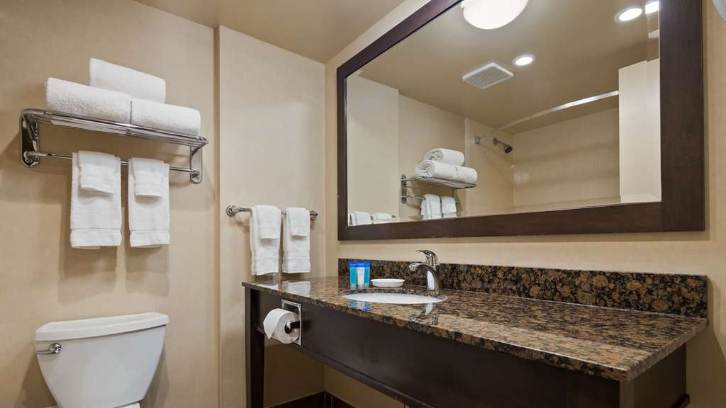 Best Western Voyageur Place Hotel - Fully equipped guest bathrooms