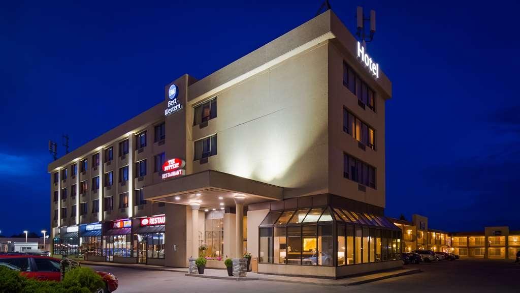 Best Western Voyageur Place Hotel - Hotel Exterior at Dusk
