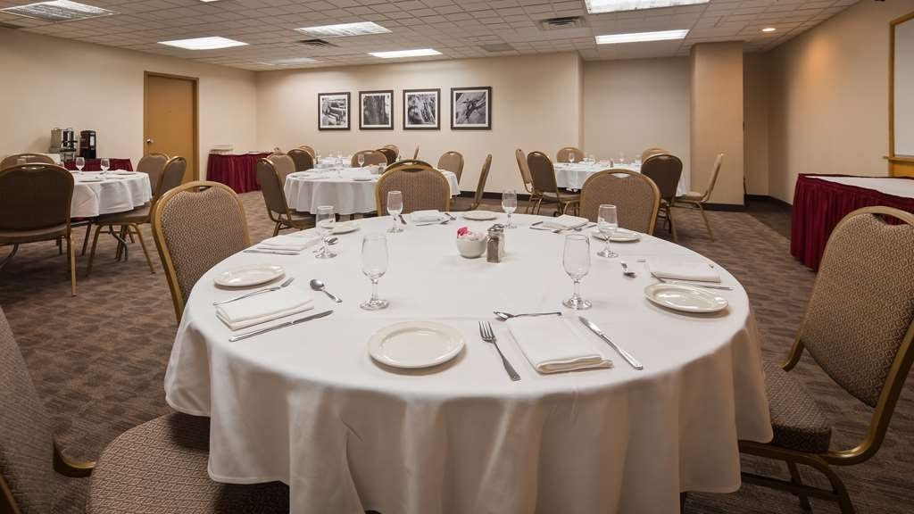 Best Western Voyageur Place Hotel - The Newmarket room is wonderful for groups of up to 48 people needing room for activities, meetings, or family parties.