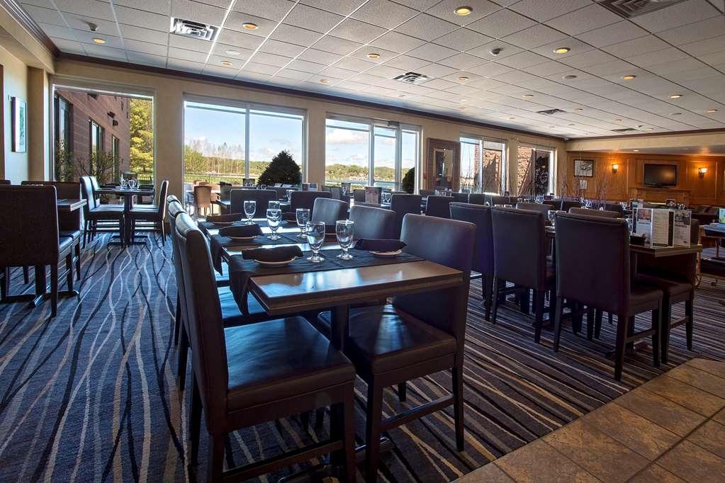 Best Western Inn On The Bay - Genießen Sie eines unserer besonderen Gerichte und betrachten Sie den Sonnenuntergang über der Georgian Bay im Bishop's Landing Restaurant oder auf der Terrasse im Freien.