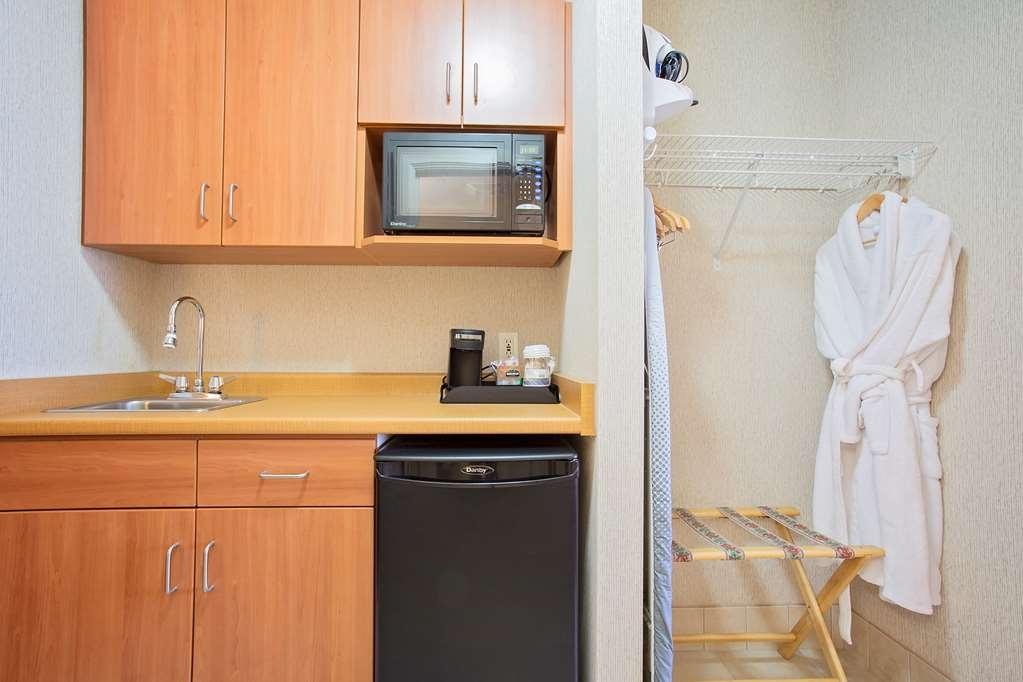 Best Western Inn On The Bay - Cette kitchenette confortable est équipée d'un évier, d'un four à micro-ondes, d'un réfrigérateur et d'un grand espace placard.