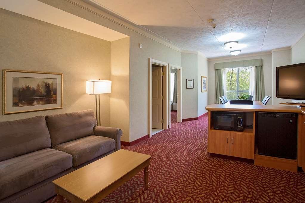 Best Western Inn On The Bay - Pour répondre à tous vos besoins professionnels, la suite de prestige dispose d'un coin salon, d'une kitchenette, d'une table de réunion et d'une chambre séparée.