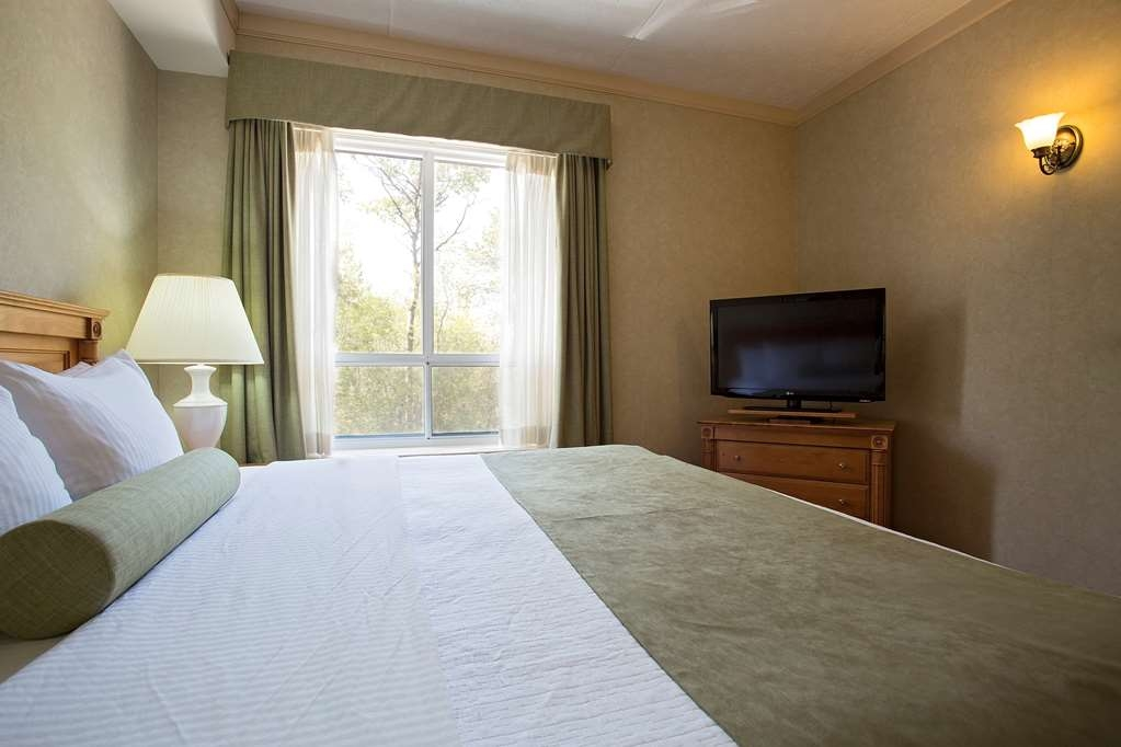 Best Western Inn On The Bay - La chambre séparée équipée d'un lit king size de luxe vous permet de vous détendre à la fin de la journée.