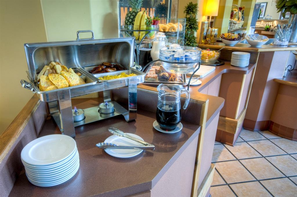 Best Western Plus Stoneridge Inn & Conference Centre - Omelettes and sausages are just some of our hot breakfast items for hotel guests to enjoy.