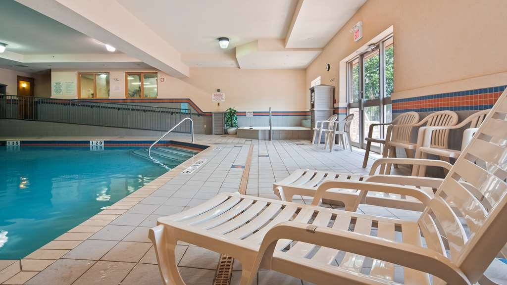Best Western Plus Burlington Inn & Suites - Piscina