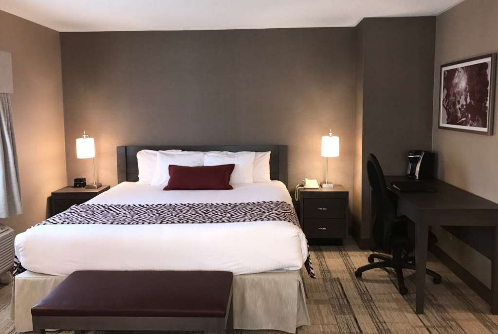 Best Western Colonel Butler Inn - Stay in a king junior suite and enjoy a sitting area, sofa bed, gas fireplace, 42-inch flat screen television and shower/jetted-tub combination.