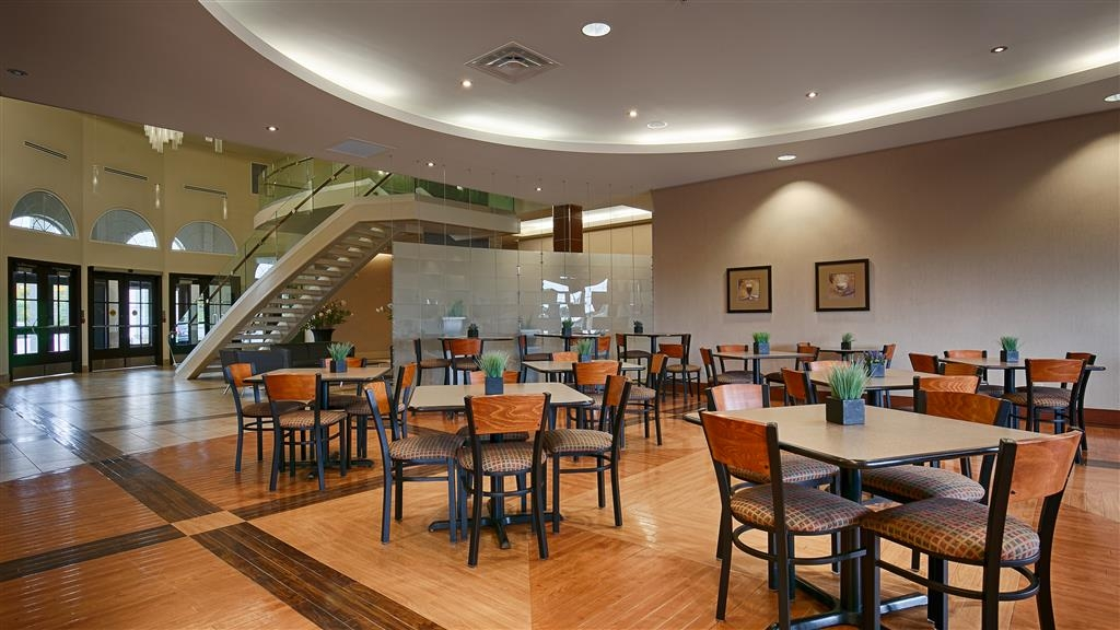 Best Western Plus Orangeville Inn & Suites - Enjoy the most important meal of the day in our attractive and welcoming breakfast area.