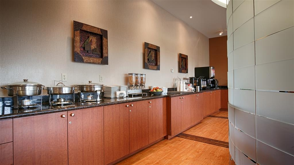 Best Western Plus Orangeville Inn & Suites - Our deluxe continental breakfast features gourmet coffee, delicious pastries and fresh waffles.