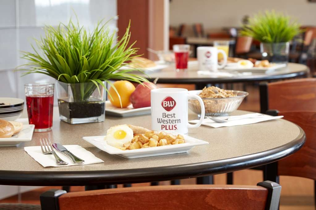 Best Western Plus Orangeville Inn & Suites - Start everyday in our spacious breakfast area where you can enjoy the Full Hot Buffet.