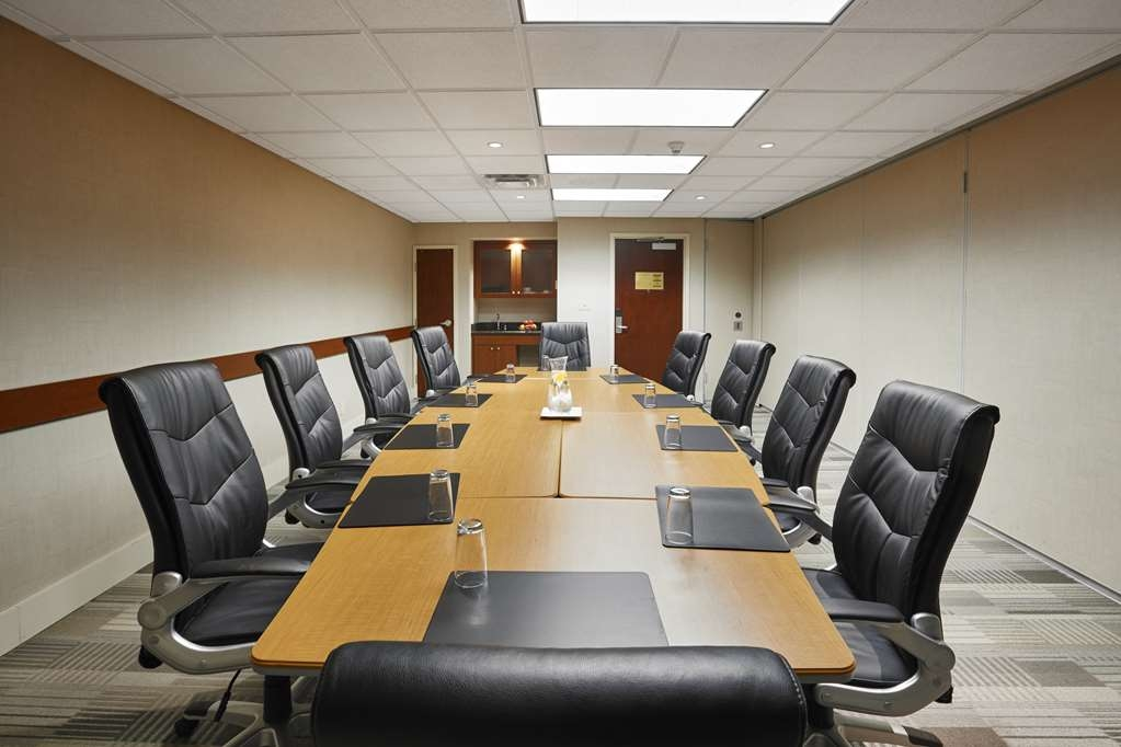 Best Western Plus Orangeville Inn & Suites - Perfect for intimate meetings, our dynamic boardroom features state-of-the-art equipment.