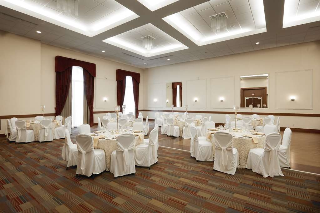 Best Western Plus Orangeville Inn & Suites - Our Banquet room is perfect for your next meeting or social event. Call one of our expert event planners today.
