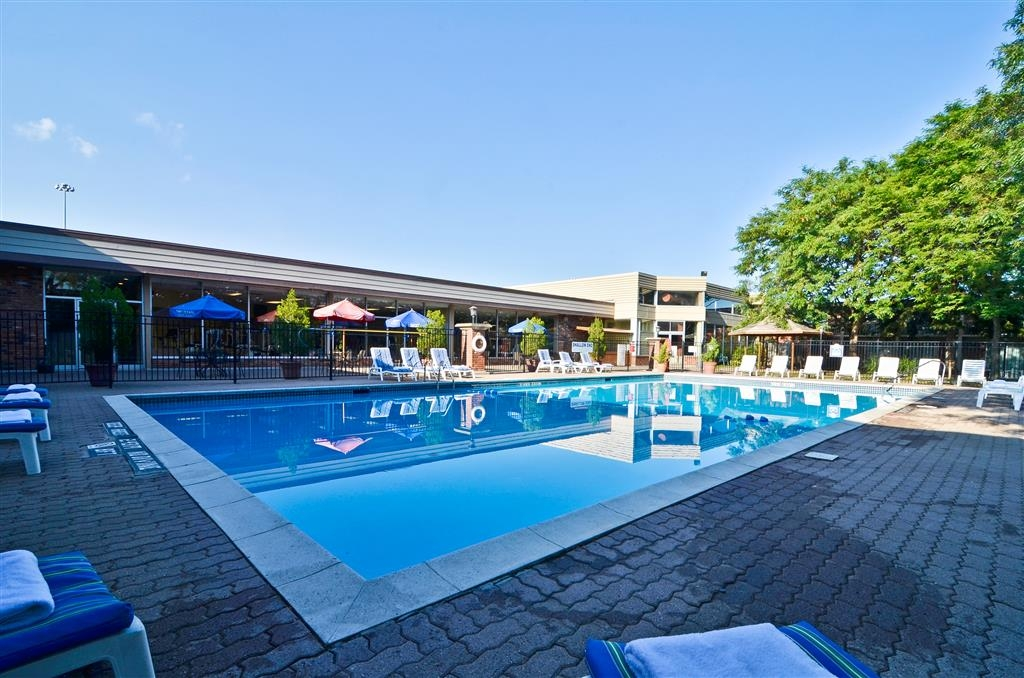 Best Western St Catharines Hotel & Conference Centre - Soak up the sun in one of our comfortable lounge chairs by our outdoor courtyard swimming pool.