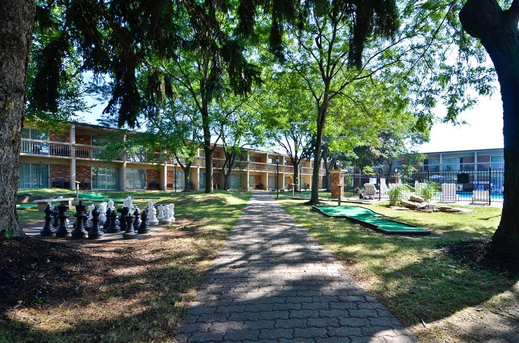 Best Western St Catharines Hotel & Conference Centre - Our beautiful courtyard is equipped with fun for the whole family including 10 hole mini putt.