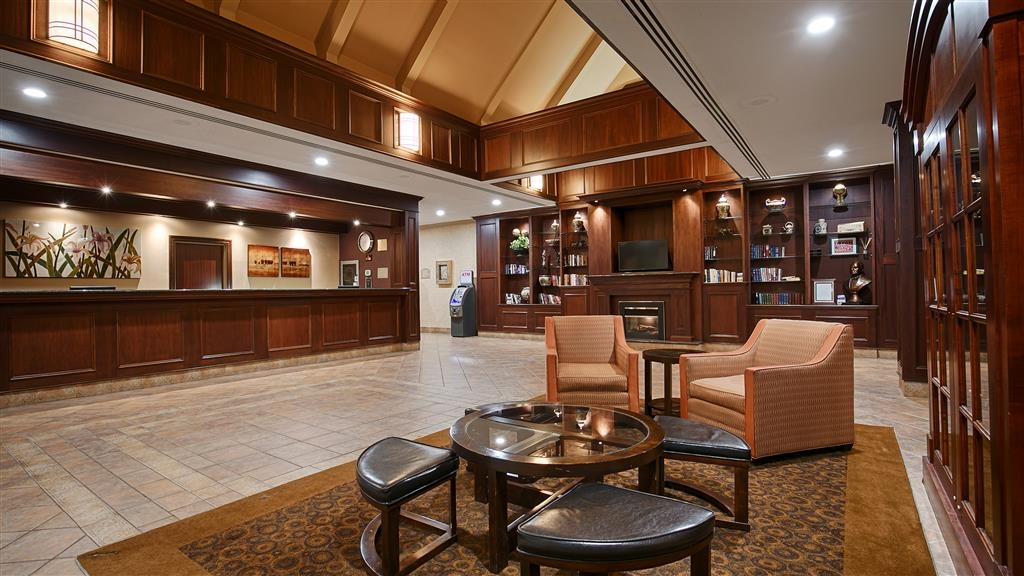 Best Western St Catharines Hotel & Conference Centre - Our spacious lobby is the perfect place to catch up with friends and family.