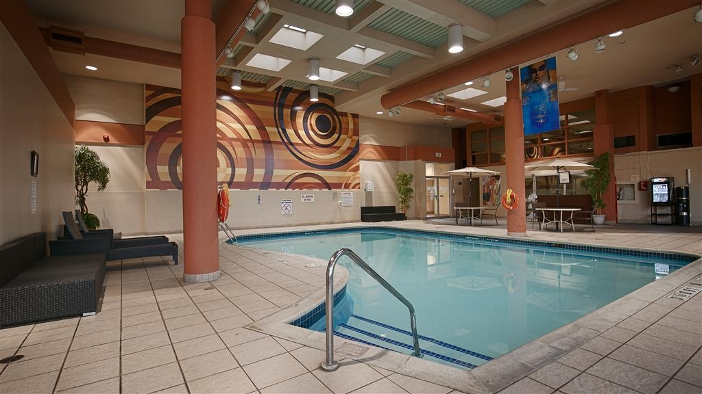 Best Western St Catharines Hotel & Conference Centre - Plenty of seating area around our heated indoor pool