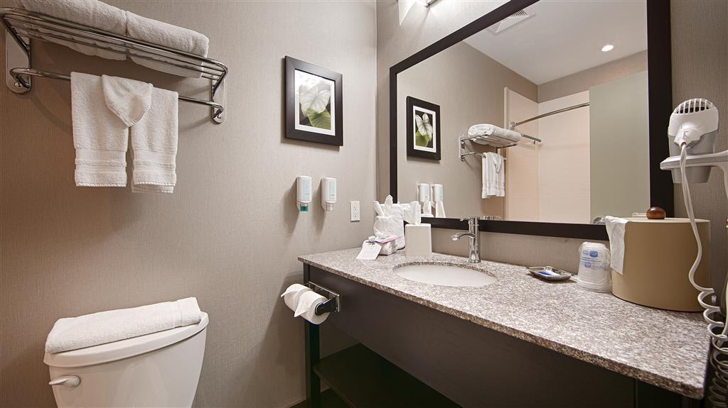 Best Western Plus Fergus Hotel - Guest Bathroom