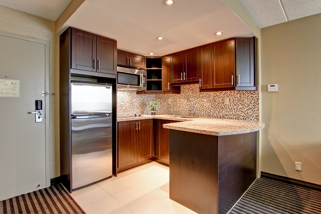 Best Western Plus Toronto North York Hotel & Suites - Enjoy the fully equipped kitchenette with built-in electric cooktop, dishes, cutlery, toaster & full-size refrigerator.