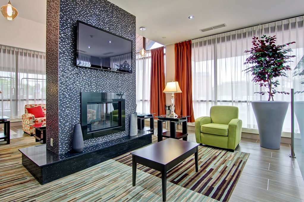 Best Western Plus Toronto North York Hotel & Suites - Two way fireplace,comfortable seating and flat panel TV to keep you entertained.