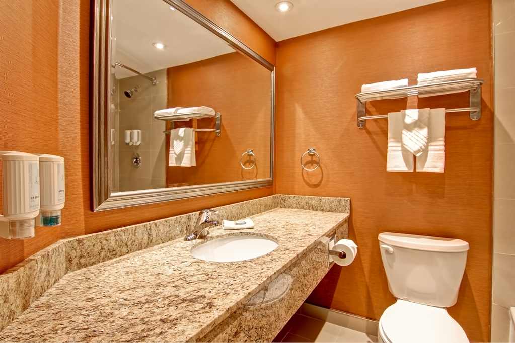 Best Western Plus Toronto North York Hotel & Suites - This is what the bathroom looks like in every guest room.