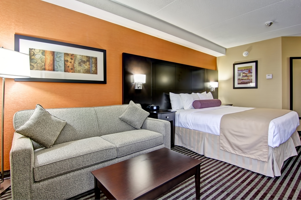 Best Western Plus Toronto North York Hotel & Suites - Guest room with king bed for the football player who needs extra room.