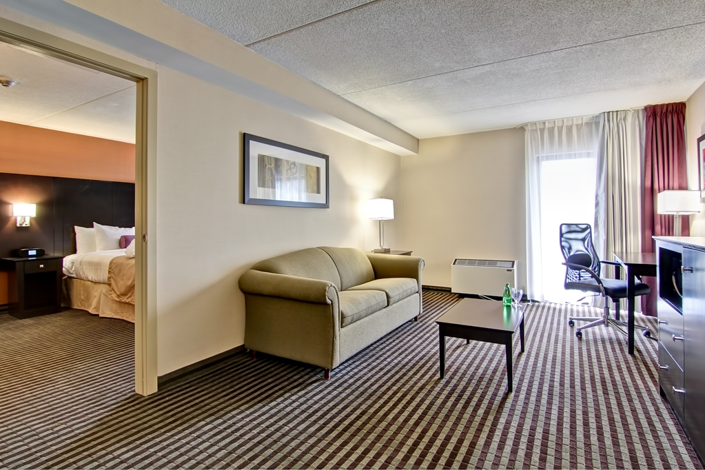 Best Western Plus Toronto North York Hotel & Suites - Put your feet up and enjoy a spacious living room.