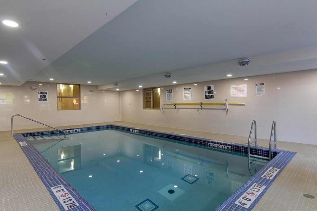 Best Western Plus Bowmanville - Piscina
