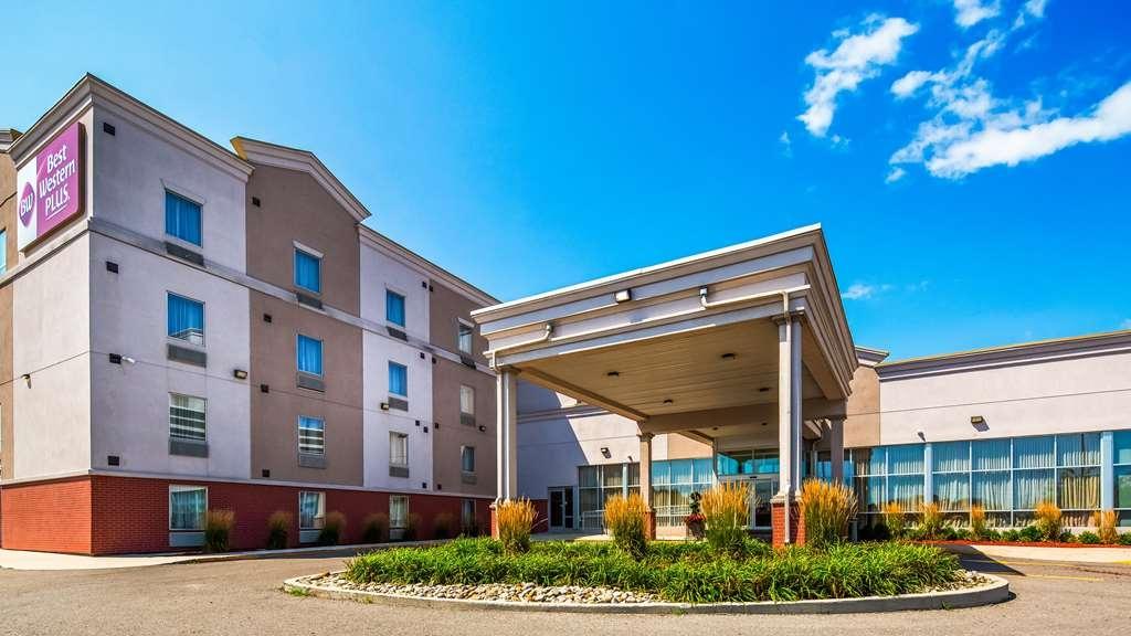 Best Western Plus Bowmanville - Facciata dell'albergo