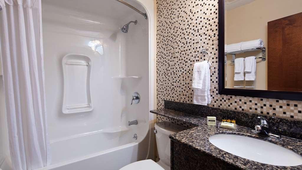 Best Western Plus Woodstock Inn & Suites - Guest Bathroom