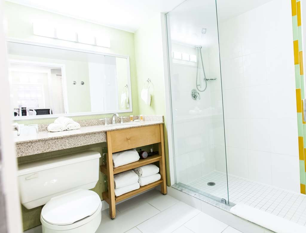 Best Western Premier Toronto Airport Carlingview Hotel - Well lit, modern bathrooms with power showers to help you start your day off right.