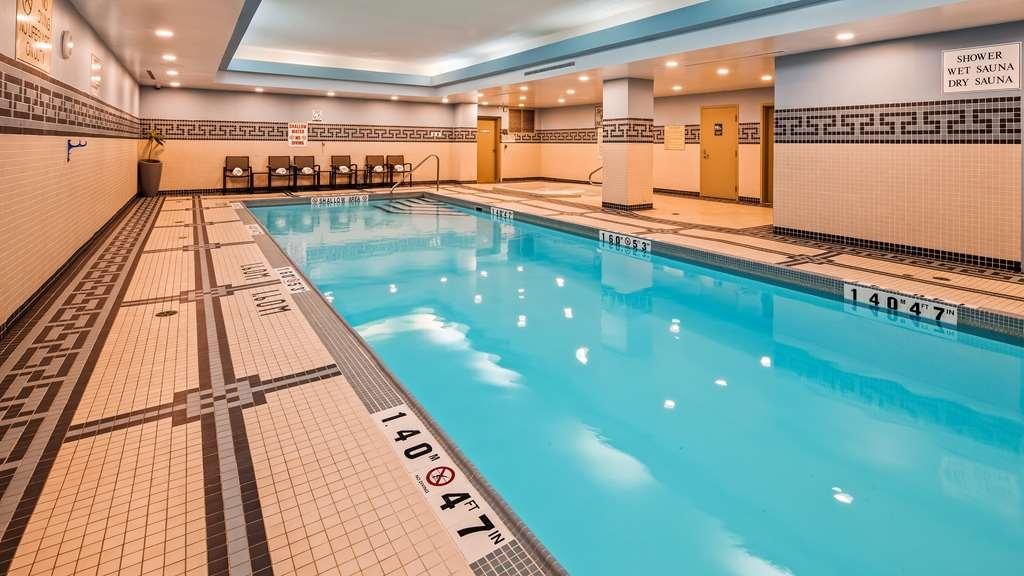 Best Western Premier Toronto Airport Carlingview Hotel - Vista de la piscina