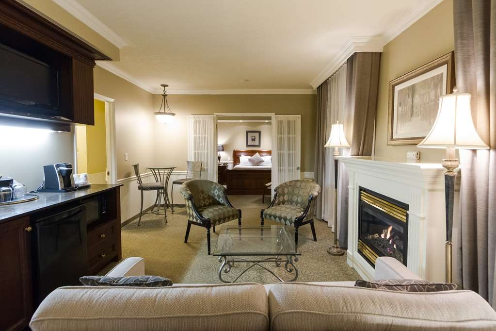 Best Western Plus The Arden Park Hotel - Living room area of a suite with two queen beds.
