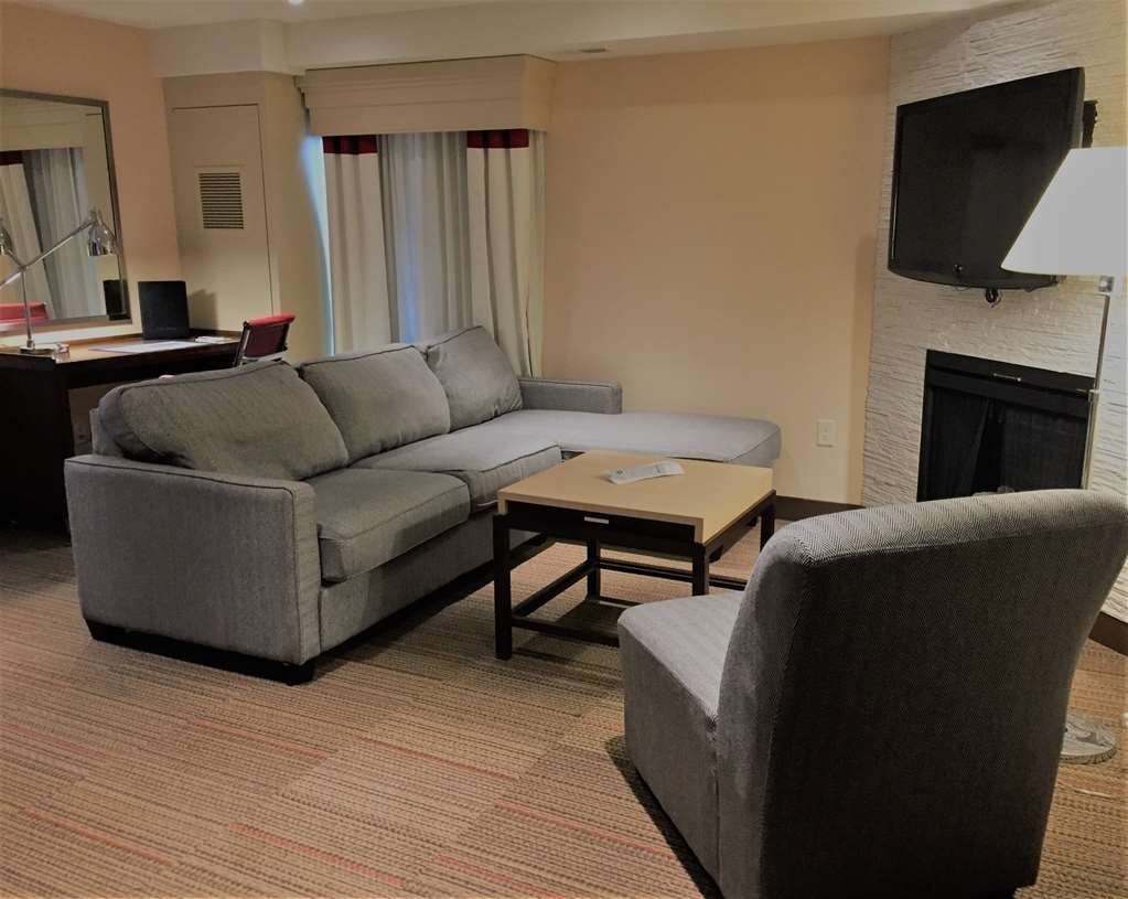 Best Western Plus Waterloo - Apartment Living Room