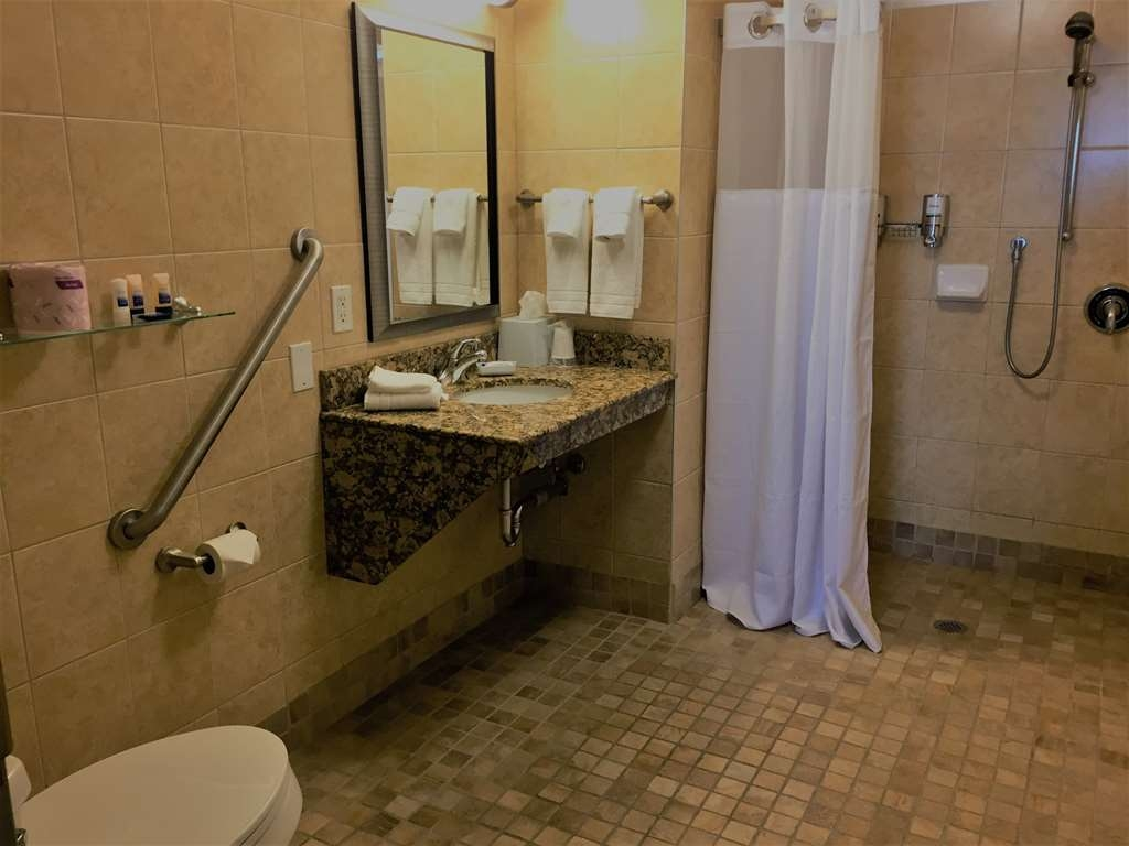Best Western Plus Waterloo - Accessible Bathroom