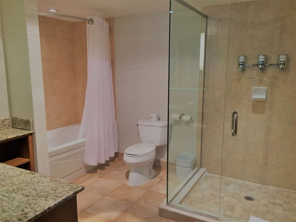 Best Western Plus Waterloo - Apartment Bathroom