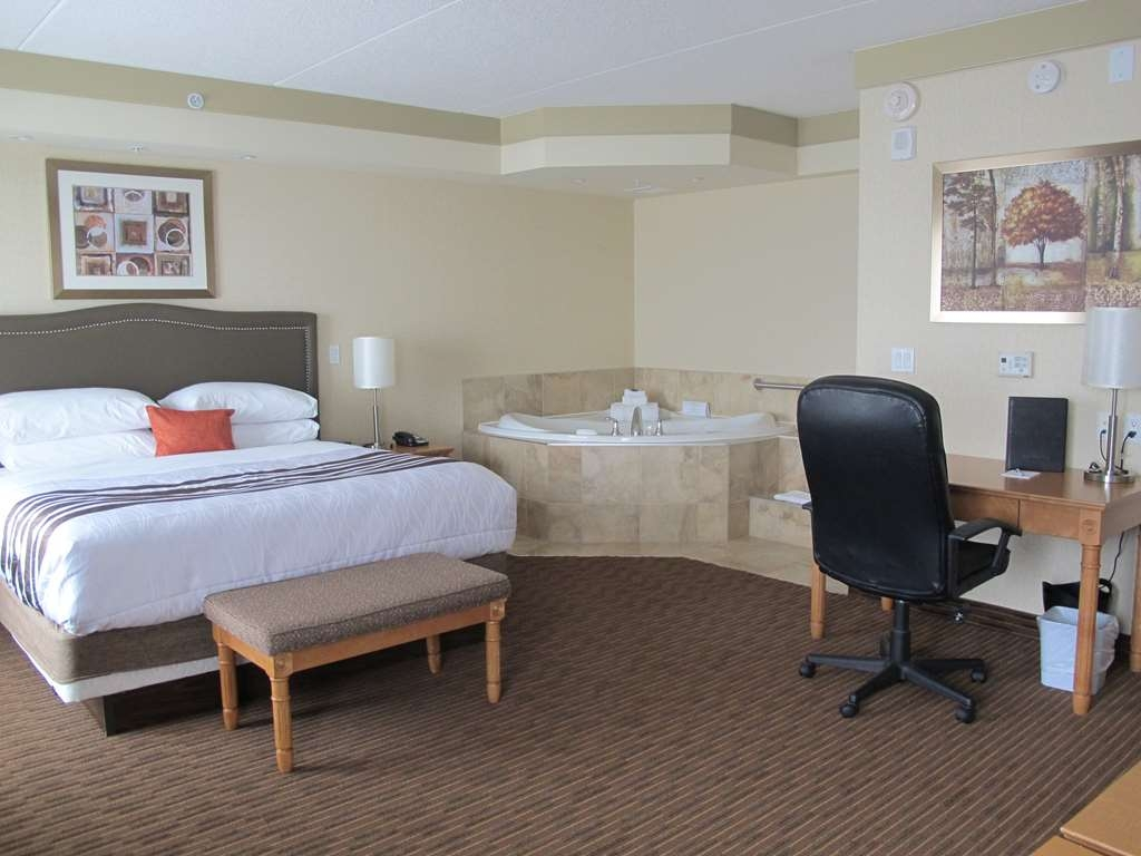 Best Western Plus Waterloo - Guest Room with a Whirlpool Tub