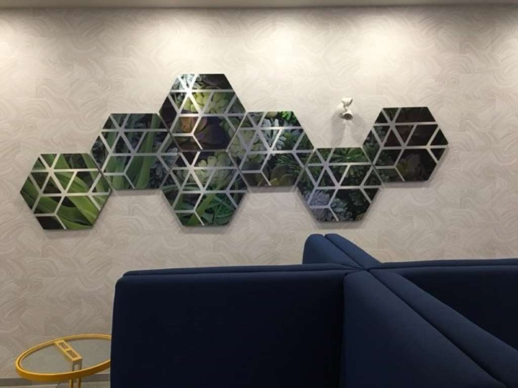 GLo Best Western Kanata Ottawa West - This piece of radiant artwork provides the perfect background for a selfie!