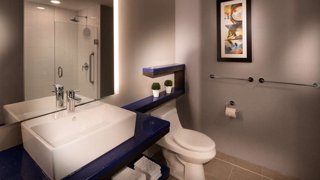 GLo Best Western Kanata Ottawa West - Get your glo up in our stylish bathroom featuring floating amenities and upgraded bath amenities.