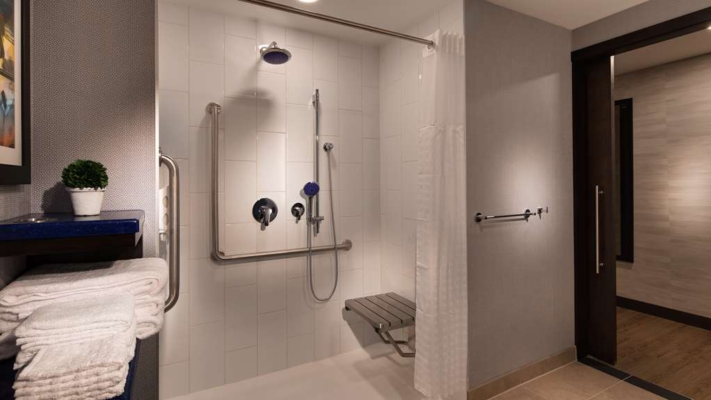 GLo Best Western Kanata Ottawa West - Enjoy bright lighting in this mobility accessible roll in shower.