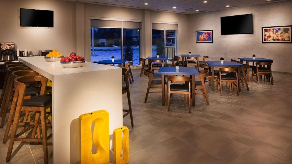 GLo Best Western Kanata Ottawa West - Visit our breakfast corner offering a variety of menu options.