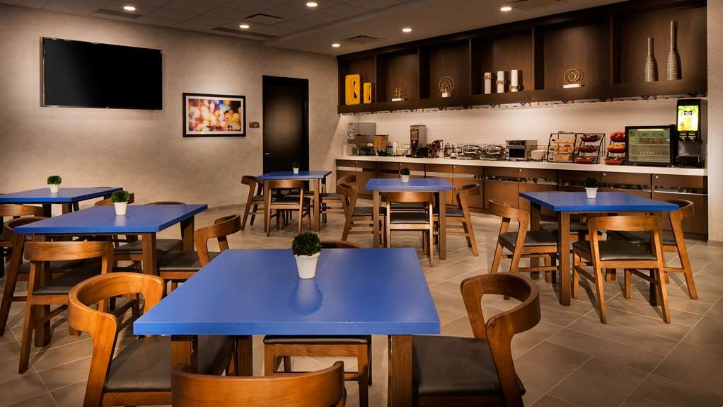 GLo Best Western Kanata Ottawa West - Our breakfast area offers intimate dining for couples and smaller groups.