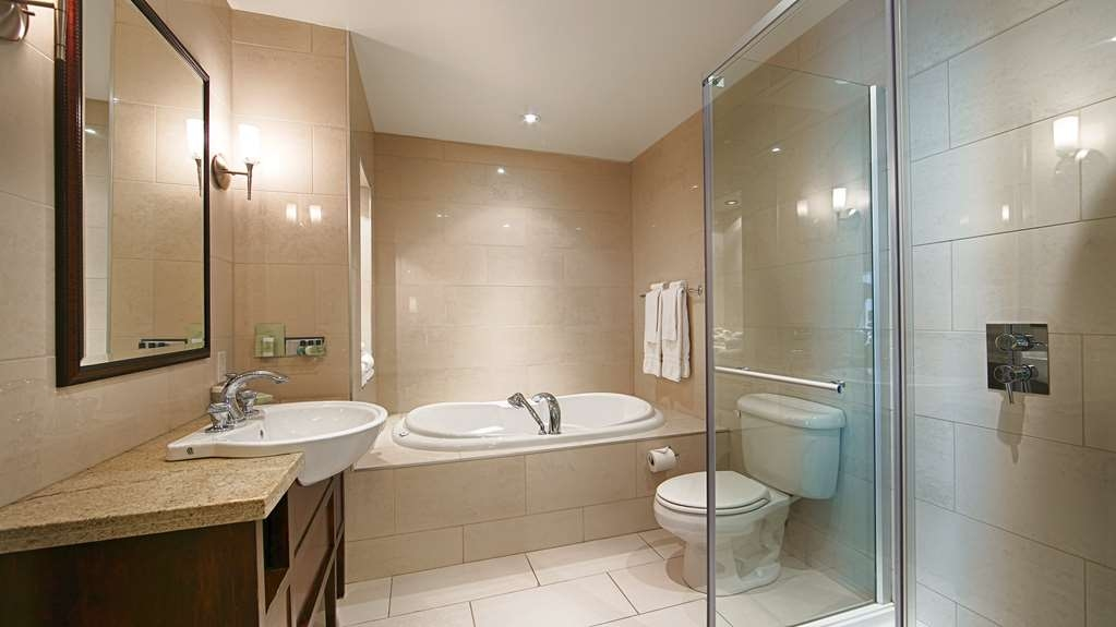 Best Western Premier Hotel Aristocrate - Suite bathroom complete with rain shower, jetted tub for 2 and bathrobes.
