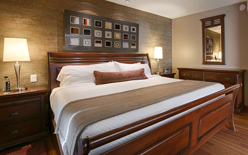Best Western Premier Hotel Aristocrate - Our Grand Signature Junior Suite with King bed offers a superb view of the Quebec City bridges from the balcony and an ideal layout for unprecedented comfort with is 360 pc.